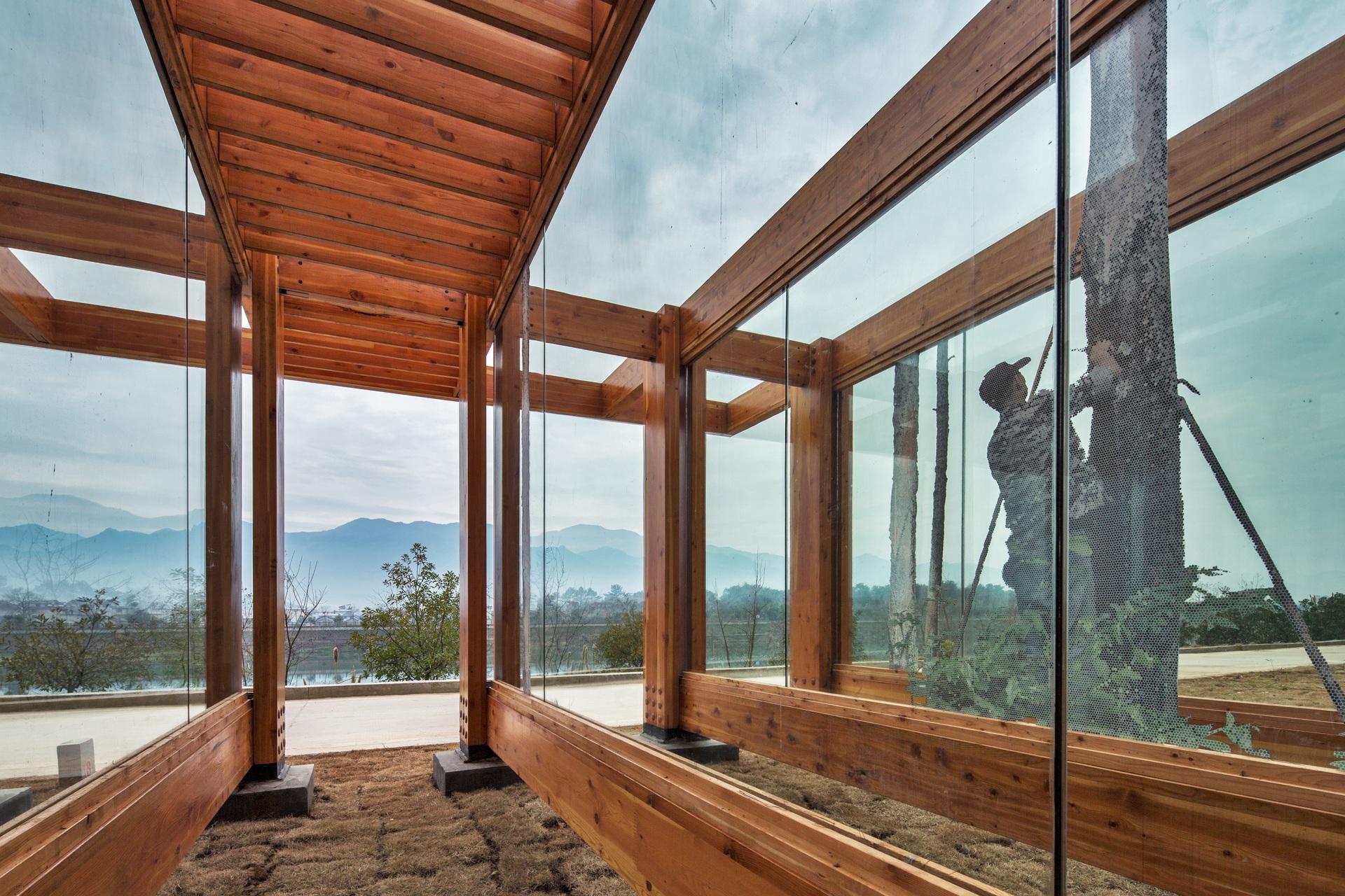 平行的木装配结构,则如同一个个放大的画框。©DNA建筑设计事务所